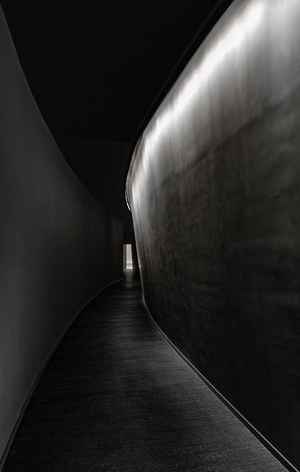 Dossier de presse | 2264-07 - Communiqué de presse | Jian Li Ju Theatre - More Design Office (MDO) - Commercial Interior Design - A dark curved corridor seeks to create a sense of departure from the world outside. - Crédit photo :  Dirk Weiblen