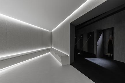 Dossier de presse | 2264-07 - Communiqué de presse | Jian Li Ju Theatre - More Design Office (MDO) - Commercial Interior Design - Waiting area contrasts with the rest of the spaces.   - Crédit photo :  Dirk Weiblen