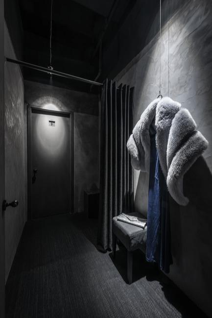 Dossier de presse | 2264-07 - Communiqué de presse | Jian Li Ju Theatre - More Design Office (MDO) - Commercial Interior Design - Changing room props are highlighted by a single spot light   - Crédit photo :  Dirk Weiblen