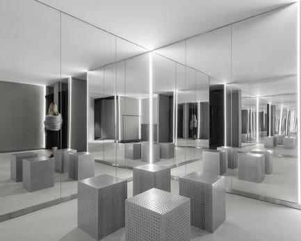 Dossier de presse | 2264-07 - Communiqué de presse | Jian Li Ju Theatre - More Design Office (MDO) - Commercial Interior Design - Sequence finishes with a room of mirrors.  - Crédit photo :  Dirk Weiblen