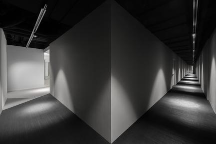 Dossier de presse | 2264-07 - Communiqué de presse | Jian Li Ju Theatre - More Design Office (MDO) - Commercial Interior Design - Dramatic lighting draws visitors through the corridor.  - Crédit photo :  Dirk Weiblen