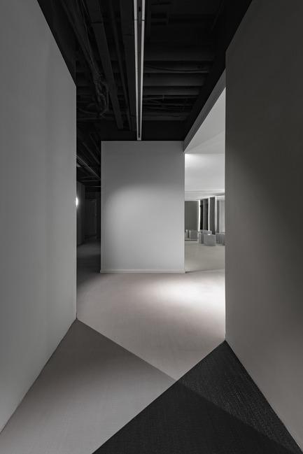 Dossier de presse | 2264-07 - Communiqué de presse | Jian Li Ju Theatre - More Design Office (MDO) - Commercial Interior Design - Contrast in the corridor.  - Crédit photo :  Dirk Weiblen