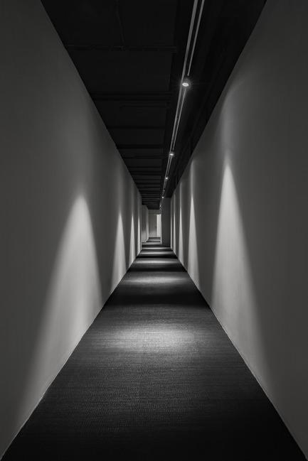 Dossier de presse | 2264-07 - Communiqué de presse | Jian Li Ju Theatre - More Design Office (MDO) - Commercial Interior Design - A corridor of spot lights leads visitors to the final space. - Crédit photo :  Dirk Weiblen