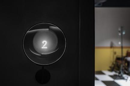 Dossier de presse | 2264-07 - Communiqué de presse | Jian Li Ju Theatre - More Design Office (MDO) - Commercial Interior Design - Theatre number displayed through a magnifying glass  - Crédit photo :  Dirk Weiblen