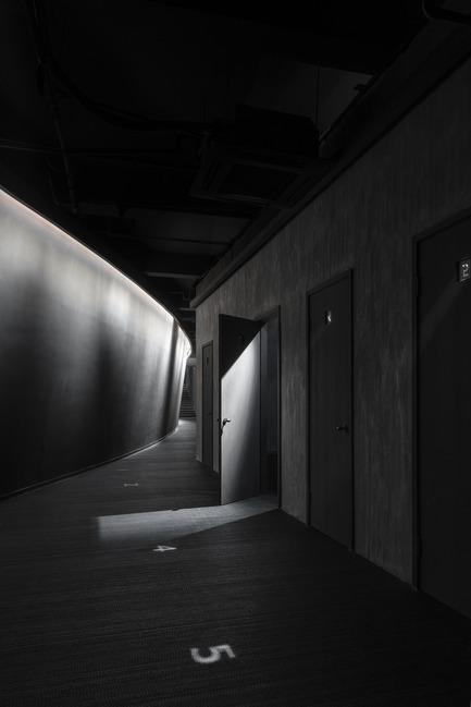 Dossier de presse | 2264-07 - Communiqué de presse | Jian Li Ju Theatre - More Design Office (MDO) - Commercial Interior Design - The lobby has an emphasis on low-key lighting and unbalanced composition.  - Crédit photo :  Dirk Weiblen