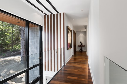 Press kit | 1678-03 - Press release | De La Canardière Residence - Atelier BOOM-TOWN - Residential Architecture - Corridor - Photo credit: Steve Montpetit