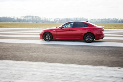 "Dossier de presse | 1696-21 - Communiqué de presse | The Winners of the Red Dot Award: Product Design 2018 Have Been Chosen - Red Dot Design Award - Concours - Martin Darbyshire while testing the ""Alfa Romeo Giulia""<br> - Crédit photo : Red Dot<br>"