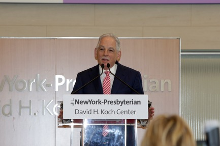Dossier de presse | 1204-08 - Communiqué de presse | NewYork-Presbyterian Opens a World-Class Center for Ambulatory Care: David H. Koch Center - Pei Cobb Freed & Partners - Institutional Architecture - Dr. Steven J. Corwin dedicating the Koch Center, 24 April 2018 - Crédit photo : NewYork-Presbyterian Hospital