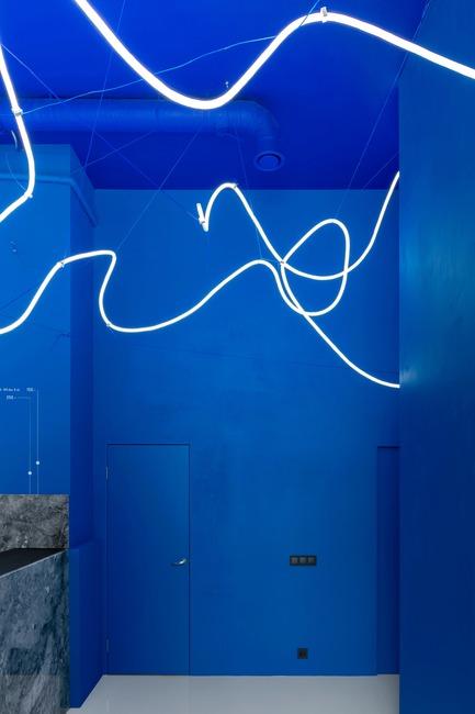 Dossier de presse   2247-04 - Communiqué de presse   Galaxy Bar and Bottle Shop - Monoloko design - Commercial Interior Design - Black sockets and light switches on blue walls - Crédit photo :  DmitryChebanenkov