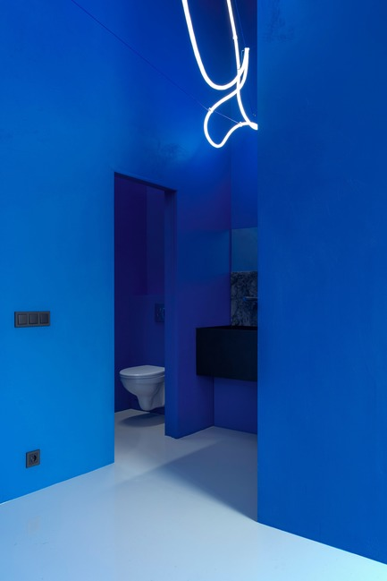 Press kit | 2247-04 - Press release | Galaxy Bar and Bottle Shop - Monoloko design - Commercial Interior Design - WC zone - black metal basin with white sanitaryware - Photo credit: DmitryChebanenkov