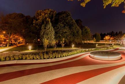 Press kit | 2366-02 - Press release | Un graphisme fort pour le parc Guido-Nincheri à Montréal - civiliti - Design urbain - Vue de nuit montrant un bosquet d'arbres déjà sur le site<br> - Photo credit: Stéphane Najman