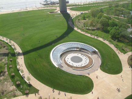 Press kit | 3242-01 - Press release | Museum at the Gateway Arch Opening July 3, 2018 - James Carpenter Design Associates - Institutional Architecture - Aerial view of the West Entry of the Museum at the Gateway Arch<br> - Photo credit: Earthcam/Gateway Arch Park Foundation<br>