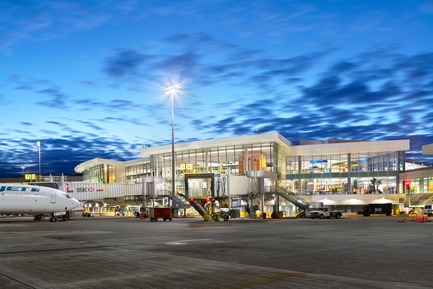 Press kit | 2124-02 - Press release | IESBC Announces its 2018 'Vision Awards' for Best Lighting Design in BC, Canada - IESBC - Lighting Design -         Vancouver International Airport A-B Connector -         Wall 4000K LED luminaires at 26W provided lighting at doors and 47W for roadway around the building. Extensive exterior glazing allows for significant daylight penetration. - Photo credit:         Ed White Photography