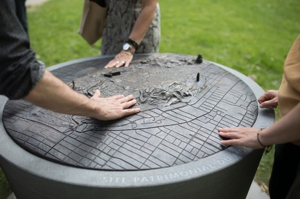 Press kit | 2366-03 - Press release | Le projet montréalais Escales découvertes se distingue à l'international - civiliti avec Julie Margot design - Landscape Architecture - Detail of tridimensional bronze map inserted in a granite base<br> - Photo credit: Frédérique Ménard-Aubin
