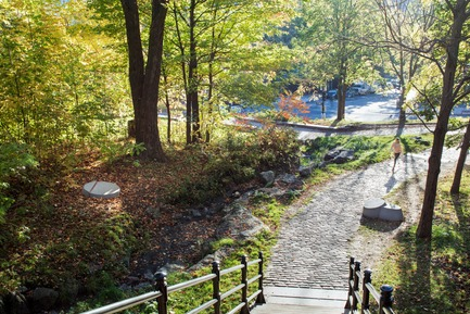 Press kit | 2366-03 - Press release | Le projet montréalais Escales découvertes se distingue à l'international - civiliti avec Julie Margot design - Landscape Architecture -  Place-markers cluster at the foot of stairs leading up the Mount Royal&nbsp;<br>  - Photo credit: Adrien Williams