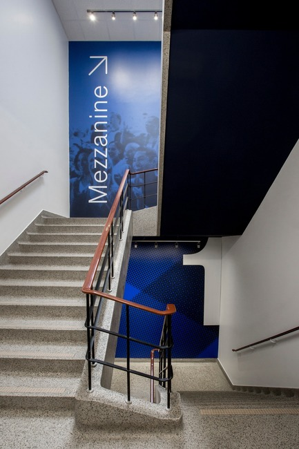 Press kit | 2064-03 - Press release | AtCégepMarie-Victorin, Art is an Essential Element of Education! - Cégep Marie-Victorin - Institutional Architecture - Visual of the signal system in the stairs that lead to the mezzanine - Photo credit: Sébastien Roy