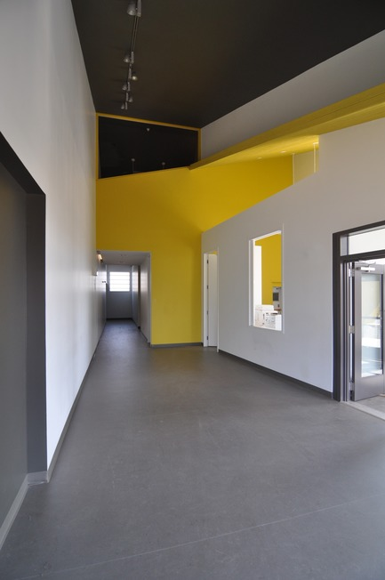 Dossier de presse | 3256-01 - Communiqué de presse | Nunavik's New Cultural Centre Opens Its Doors - Blouin Orzes architectes - Institutional Architecture - Entrance lobby with control booth above<br> - Crédit photo : Blouin Orzes architectes