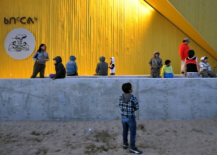 Dossier de presse | 3256-01 - Communiqué de presse | Nunavik's New Cultural Centre Opens Its Doors - Blouin Orzes architectes - Institutional Architecture - Children playing in the front of the building<br> - Crédit photo : Blouin Orzes architectes