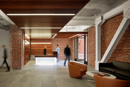 Dossier de presse | 1771-02 - Communiqué de presse | The Italian Swiss Colony Building Lobby Receives AIA SF Award - jones | haydu - Commercial Architecture - The reception desk sits at the intersection of canopies from the entrances. - Crédit photo : Matthew Millman