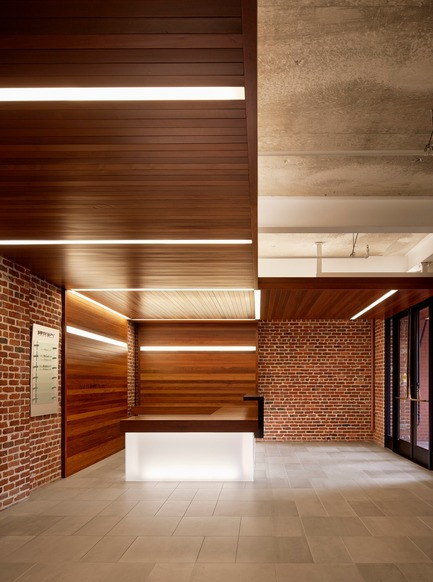 Dossier de presse | 1771-02 - Communiqué de presse | The Italian Swiss Colony Building Lobby Receives AIA SF Award - jones | haydu - Commercial Architecture - The canopy and its lighting turn down at the reception desk, culminating in a beacon at the base of the desk. - Crédit photo : Matthew Millman