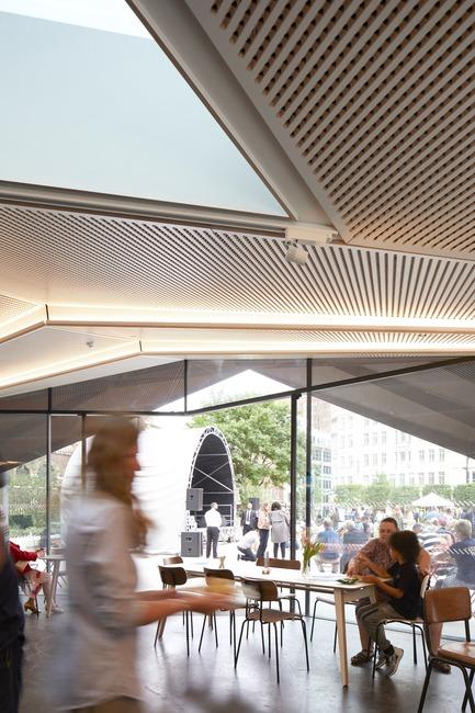Dossier de presse | 2317-03 - Communiqué de presse | Make Unveils New Monocoque Pavilion for City of London - Make Architects - Commercial Architecture - Two rooflights are positioned over the counter - Crédit photo : Make Architects