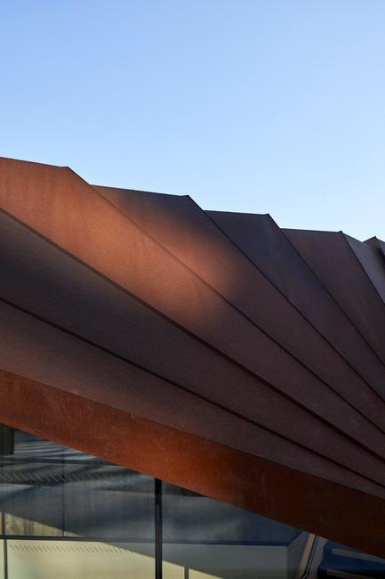 Dossier de presse | 2317-03 - Communiqué de presse | Make Unveils New Monocoque Pavilion for City of London - Make Architects - Commercial Architecture - The corten will darken over time - Crédit photo : Make Architects