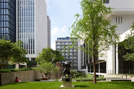 Press kit | 2317-04 - Press release | London Wall Place:Building on history - Make Architects - Commercial Architecture -  View to gardens, Roman Wall and 2 London Wall Place  - Photo credit: Make Architects