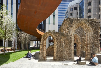 Press kit | 2317-04 - Press release | London Wall Place:Building on history - Make Architects - Commercial Architecture - The public realm is formed of a series of pocket gardens for people to discover that, together with the adjacent Salters' Hall Garden and soon-to-be-completed St Alphage Garden, delivers more than 1.5 acres of public space. - Photo credit: Make Architects
