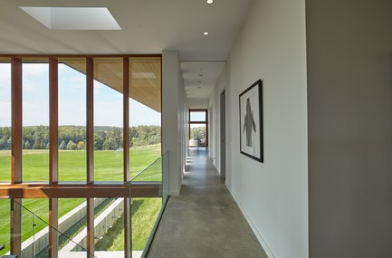 Dossier de presse | 3300-01 - Communiqué de presse | Stouffville Residence - A Contemporary Family Farmhouse - Trevor McIvor Architect Inc - Residential Architecture - Detail of Mahogany curtain walls and concrete floors. Natural interior materials working in symbiosis with each other. - Crédit photo : Maciek Linowski