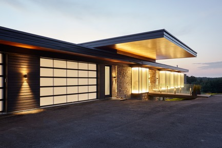 Press kit | 3300-01 - Press release | Stouffville Residence - A Contemporary Family Farmhouse - Trevor McIvor Architect Inc - Residential Architecture - Dusk view from main entrance, emphasizing the glowing glass boxes and floating canopy. - Photo credit: Maciek Linowski