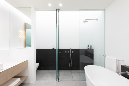 Press kit | 1876-01 - Press release | UnlikelyVancouver Lot Spurs Innovative House Design by Falken Reynolds Interiors - Falken Reynolds Interiors - Residential Interior Design - Master Ensuite: Skylight and light cove above the WC and shower for soft diffused light; ledge in Mutina tile topped with Corian Quartz; Shower & WC walls in Corian Solid Surface; Blu Bathworks tub and stainless steel Inox fixtures, Flat and flush shower floor with concealed drainage - Photo credit: Ema Peter