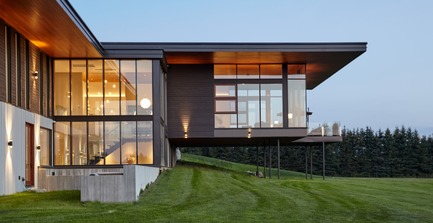 Dossier de presse | 3300-01 - Communiqué de presse | Stouffville Residence - A Contemporary Family Farmhouse - Trevor McIvor Architect Inc - Residential Architecture - Exterior side view looking at living room, and double-height glazed stair well. - Crédit photo : Maciek Linowski
