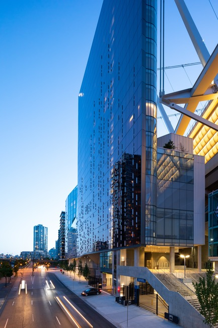 Dossier de presse | 1317-06 - Communiqué de presse | An Urban Oasis in the Heart of Vancouver's Entertainment District - ACDF Architecture + Architecture49 + IBI Group - Commercial Architecture - Crédit photo : Ema Peter