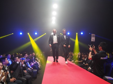 Dossier de presse | 2188-03 - Communiqué de presse | Red Dot Award: Design Concept 2018 Results - Red Dot Award: Design Concept - Concours - Alejandro MANDRION MORENO (right) on the runway for the design concept Electrorun Safety Wrench - Atlas Copco - Crédit photo : Red Dot Award: Design Concept
