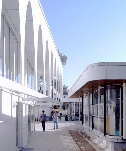 Dossier de presse | 1049-01 - Communiqué de presse | Extension des bureaux de la SETEC international / Extension du bâtiment de bureaux existant de Jean Prouvé - Sériès et Sériès - Architecture commerciale - Crédit photo : Sériès et Sériès