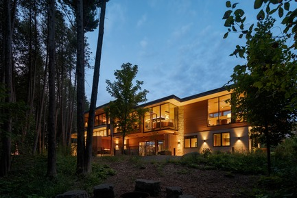 Press kit | 3300-02 - Press release | Petaluma House - Trevor McIvor Architect Inc - Residential Architecture - The house emerging form the ravine's forest during dusk. - Photo credit: Adrian Ozimek