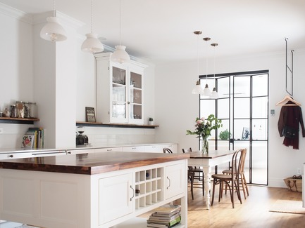 Dossier de presse | 2370-01 - Communiqué de presse | Hutchison Flat - Atelier SUWA - Residential Architecture - Kitchen and dining room - Crédit photo : Élène Levasseur