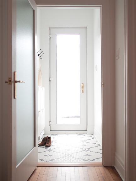 Dossier de presse | 2370-01 - Communiqué de presse | Hutchison Flat - Atelier SUWA - Residential Architecture - Entrance: custom tile pattern - Crédit photo : Élène Levasseur