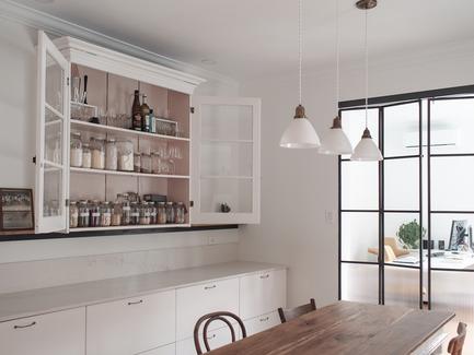Dossier de presse | 2370-01 - Communiqué de presse | Hutchison Flat - Atelier SUWA - Residential Architecture - Dining room: Antique storage repurposed - Crédit photo : Élène Levasseur