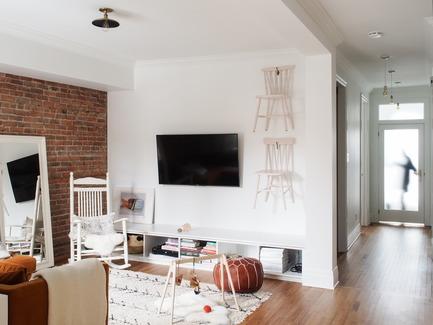 Dossier de presse | 2370-01 - Communiqué de presse | Hutchison Flat - Atelier SUWA - Residential Architecture -  Living room and entrance (beyond) - Crédit photo : Élène Levasseur