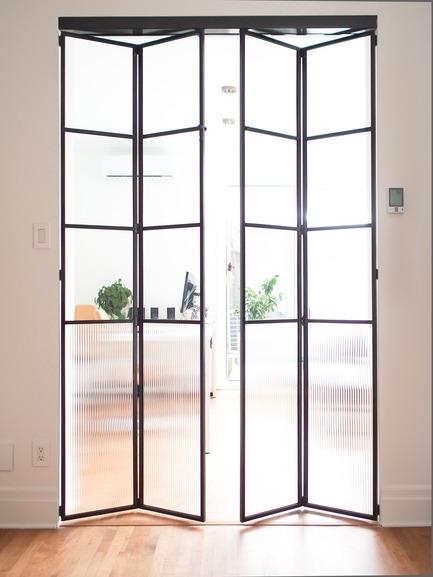 Dossier de presse | 2370-01 - Communiqué de presse | Hutchison Flat - Atelier SUWA - Residential Architecture -   Office (beyond): custom steel door   - Crédit photo : Élène Levasseur