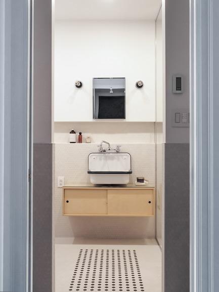 Dossier de presse | 2370-01 - Communiqué de presse | Hutchison Flat - Atelier SUWA - Residential Architecture -  Bathroom with custom tile pattern and custom vanity - Crédit photo : Élène Levasseur