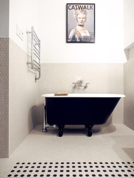 Dossier de presse | 2370-01 - Communiqué de presse | Hutchison Flat - Atelier SUWA - Residential Architecture -  Bathroom: 4 ft bath reclaimed - Crédit photo : Élène Levasseur