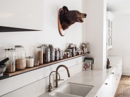 Dossier de presse | 2370-01 - Communiqué de presse | Hutchison Flat - Atelier SUWA - Residential Architecture - Kitchen: Open storage over long counter - Crédit photo : Élène Levasseur