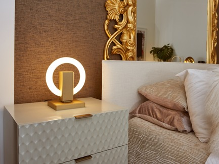 Dossier de presse | 3412-02 - Communiqué de presse | Karice, Award Winning Designer Unveils its Latest Luminaire - Olah Table Lamp - Karice Enterprises Ltd. - Produit -  Olah Table Lamp - placed on a night table. - Crédit photo : Jordan N. Dery