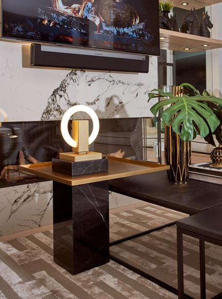 Dossier de presse | 3412-02 - Communiqué de presse | Karice, Award Winning Designer Unveils its Latest Luminaire - Olah Table Lamp - Karice Enterprises Ltd. - Produit - Olah Table Lamp - On a stone pedestal a sculptural piece of art - Crédit photo : Jordan N. Dery