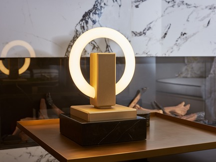 Dossier de presse | 3412-02 - Communiqué de presse | Karice, Award Winning Designer Unveils its Latest Luminaire - Olah Table Lamp - Karice Enterprises Ltd. - Produit -  Olah Table Lamp - Anodized Light Gold finish. - Crédit photo : Jordan N. Dery