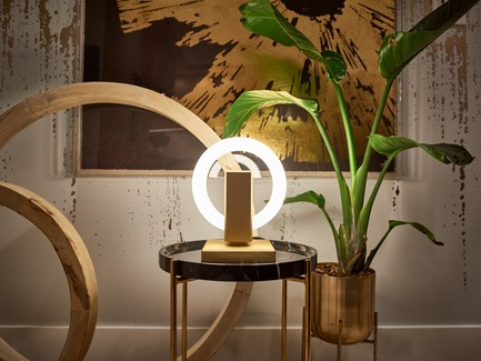 Dossier de presse | 3412-02 - Communiqué de presse | Karice, Award Winning Designer Unveils its Latest Luminaire - Olah Table Lamp - Karice Enterprises Ltd. - Produit - Olah Table Lamp - placed on a side table toning in with gold accents - Crédit photo : Jordan N. Dery
