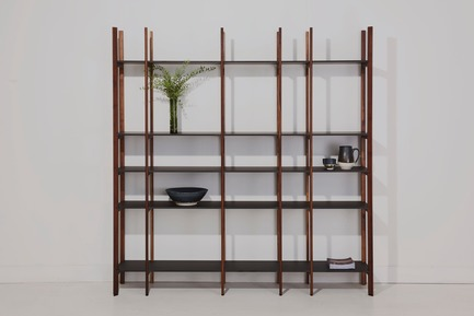 Dossier de presse | 1077-06 - Communiqué de presse | An Open-ended Bookshelf - Kastella - Product - S305 Grand in Walnut and Black Fenix - Crédit photo : Adam Stein