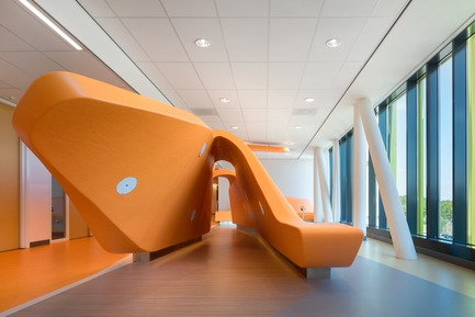 Dossier de presse | 3665-01 - Communiqué de presse | PrestigiousiF DESIGN AWARD 2019 for Experience Design OfficeMMEK' - MMEK' - Commercial Interior Design - Park –  It contains play elements and relaxation corners that stimulate patients to move around or spend time with their relatives. Patients with less physical strength are also stimulated to take more exercise here. It is an attractive, open space in which patients and relatives can meet while enjoying a beautiful view of the surrounding area. - Crédit photo : Ewout Huibers